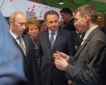 II Всероссийский инновационный конвент: председатель Правительства РФ В.В. Путин знакомится с возможностями MACROSCOP